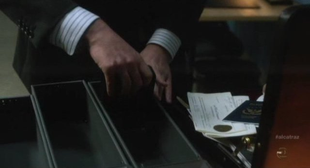 Alcatraz S1x04 - Cal loots the safety deposit boxes