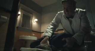 Alcatraz S1x04 - Cal puts Tillers head in toilet bowl