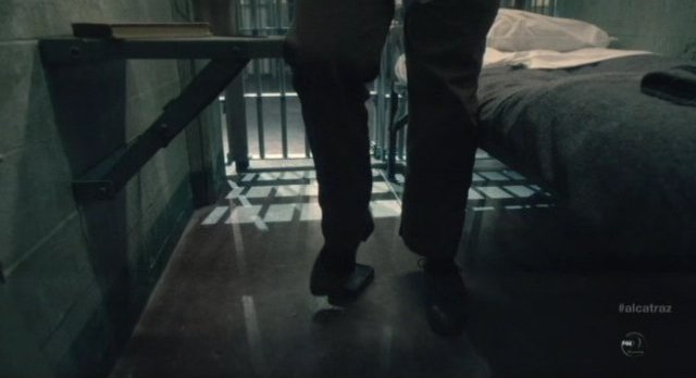 Alcatraz S1x04 - Cal stomps on his secret  box