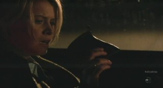 Alcatraz S1x04 - Rebecca finds the velvet bag