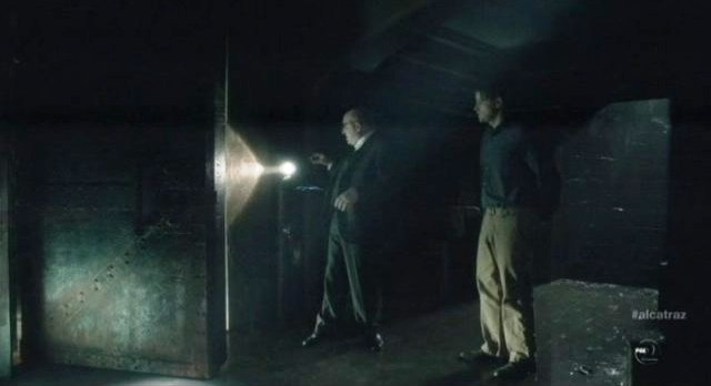 Alcatraz S1x04 - Warden James at the door