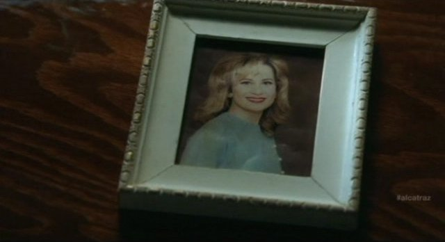 Alcatraz S1x08 - Rebecca trades the picture of Sylvanes wife