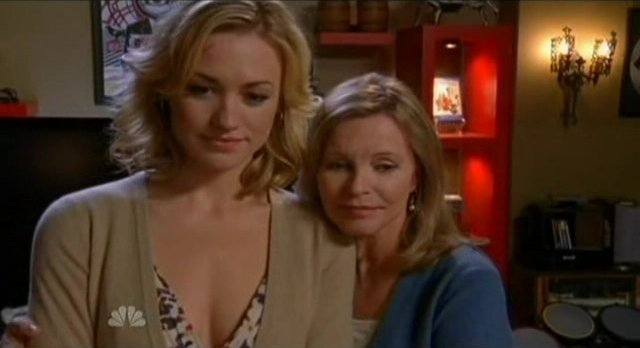 Chuck S5x08 - Mom and Sarah are happy