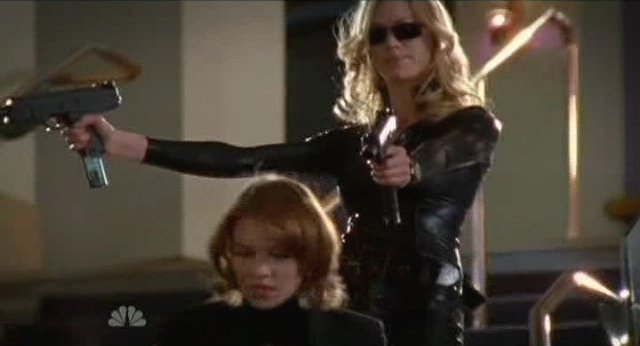 Chuck S4x17 Sarah in Matrix black with machine pistols