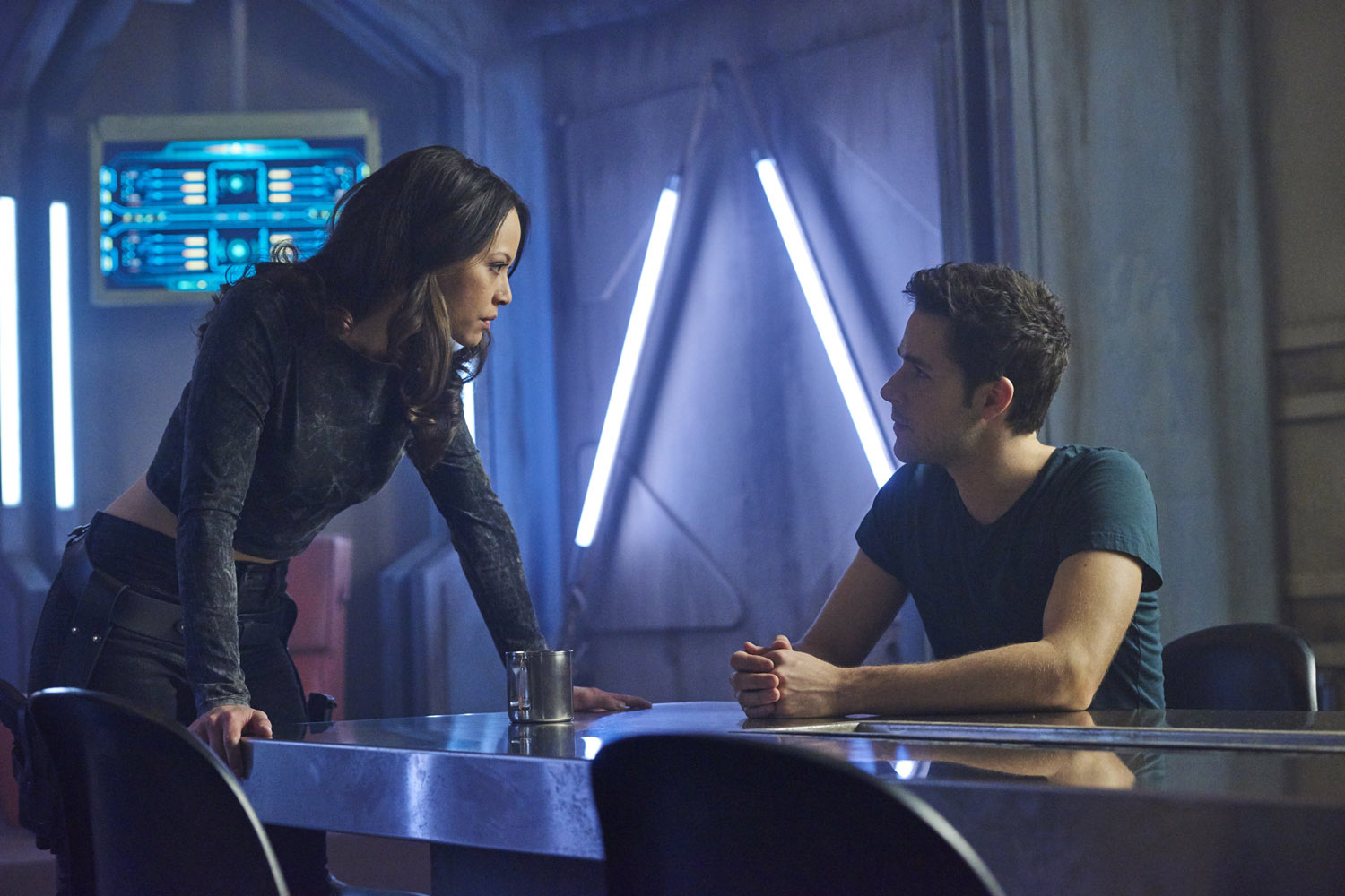 Dark Matter S01x02 One and Two chat