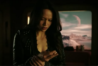 Dark Matter S2x06 whats up with 2Boss hand