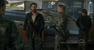 Falling Skies S1x09 Danner taking Tom hostage