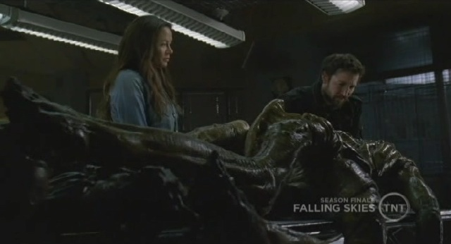 Falling-Skies S1x09 -Tom and Ann examining alien