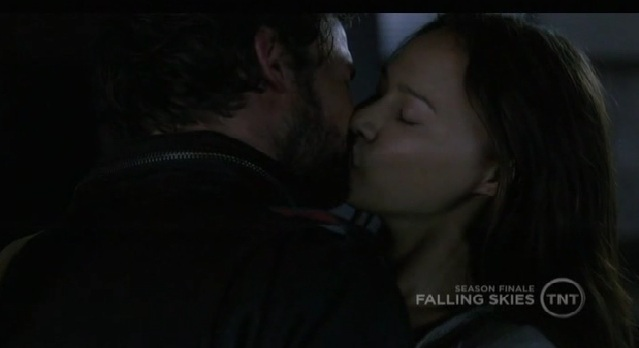 Falling Skies S1x10  Ann and Tom kissing