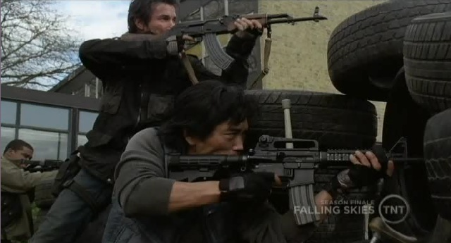 Falling Skies S1x10  Tom and Dai shooting at the Mech