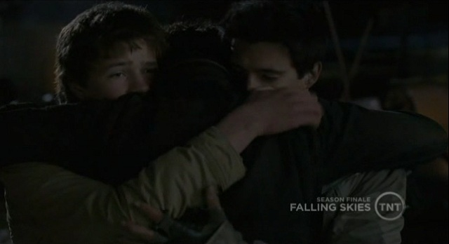 Falling Skies S1x10 Tom hugging his boys goodbye