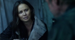 Falling Skies S2x01 Ann and Weaver talking and drinking scotch