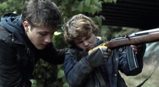 Falling Skies S2x01 Ben teaching Matt how to use a gun