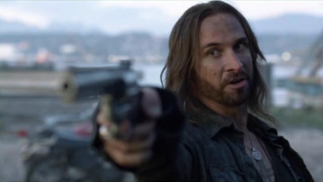 Falling Skies S2x02 Pope draws gun