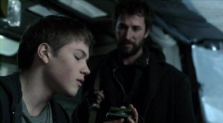 Falling Skies S2x03 - Tom gives the compass back to Ben