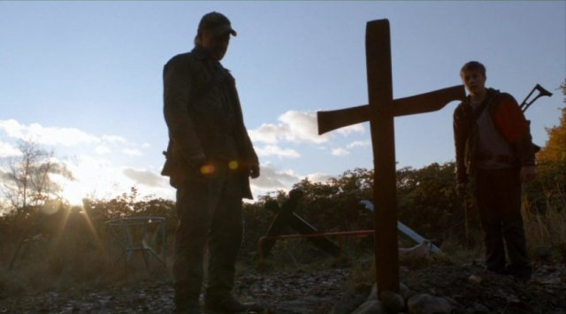 Falling Skies S2x03 - Weaver and Ben at the gravesite