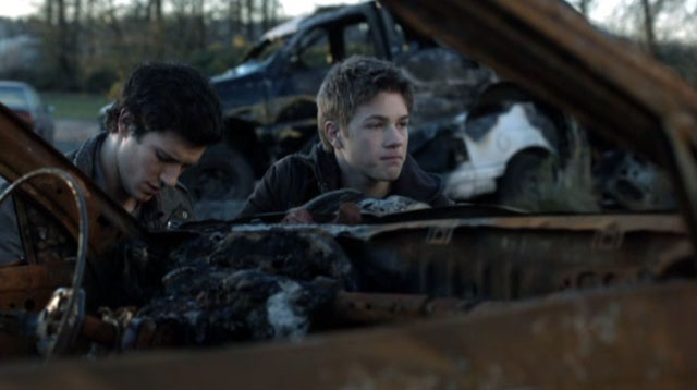 Falling Skies S2x04 - Ben and Hal avoid the Mech Battle Bots