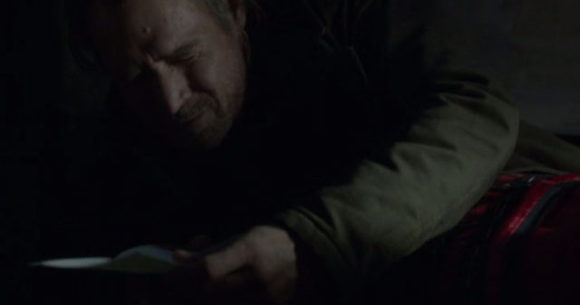 Falling Skies S2x04 - Weaver cries when he read Jeanne's letter