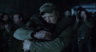 Falling Skies S2 x 10 Weaver hugging his daughter