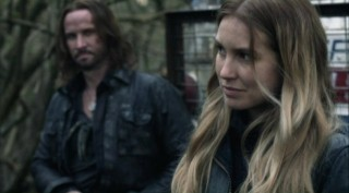 Falling Skies S2x08 - Colin Cunningham as John Pope and Sarah Sanguin Carter as Maggie