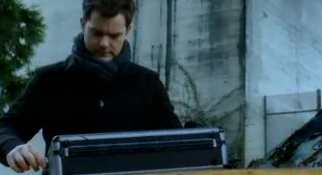 Fringe S4x18-Suitcase 