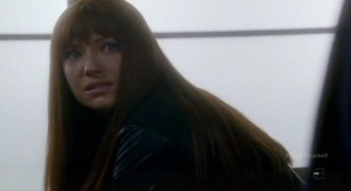 Fringe S4x17 - Alt-Livia in tears in the locker room