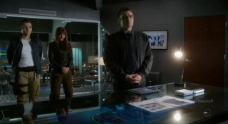 Fringe S4x17 - The three heroes are dressed down
