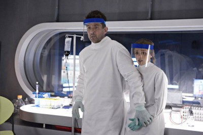 Helix S1x06 - Alan protect Sarah at the Arctic Biosystems facility