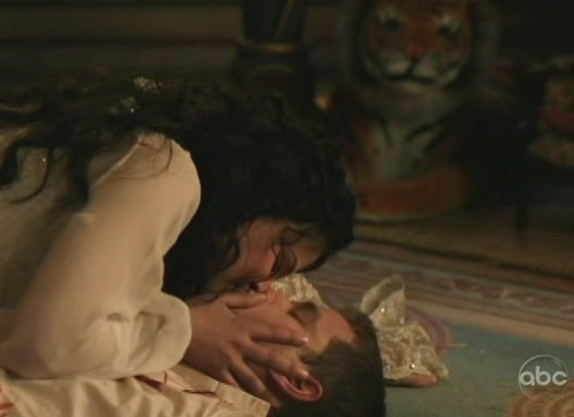 Once Upon A Time S1x01 - A kiss to revive Prince Charming