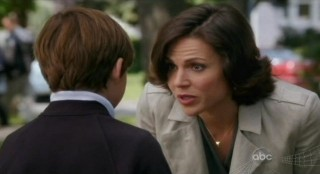 Once Upon A Time S1x02 - Henry with sweet Mayor Regina