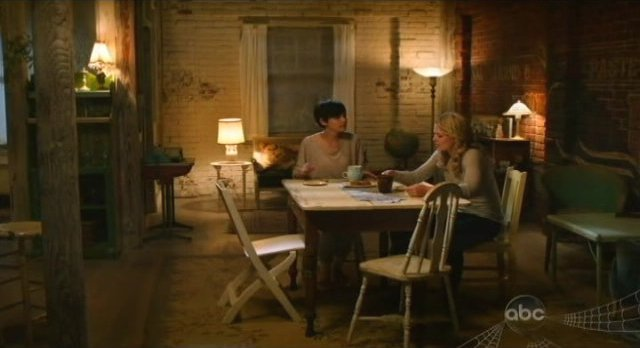 Once Upon A Time S1x02 - Mary and Emma at the apartment