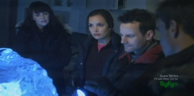 Sanctuary S4x07 - Team surrounding the Magoi shell