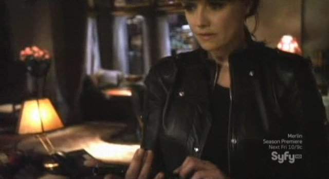 Sanctuary S4x13 - Magnus picks her favorite weapon