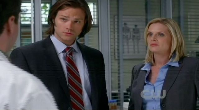 Supernatural S7x13 - Detective Charlene Penn talking to Sam and Eddie