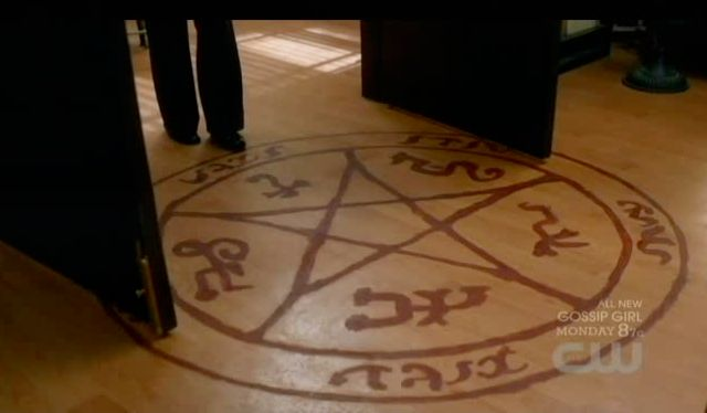 Supernatural S7x15 - Devils trap on Noras floor
