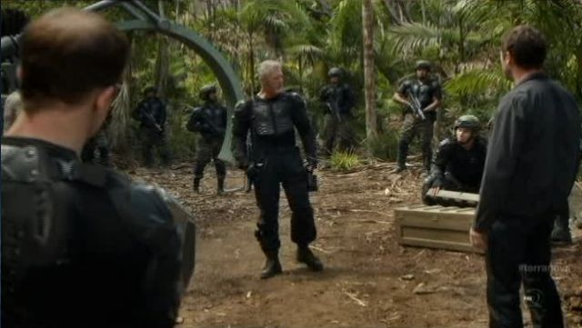 Terra Nova S1x11 - Taylor Readies the troops