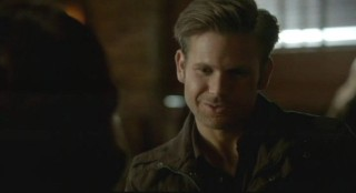 The Vampire Diaries S3x12 - Alaric plans in the restaurant