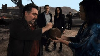 Warehouse 13 S4x01 - Artie opens the football