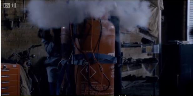Primeval S4x06 - Jess disarming the bomb!