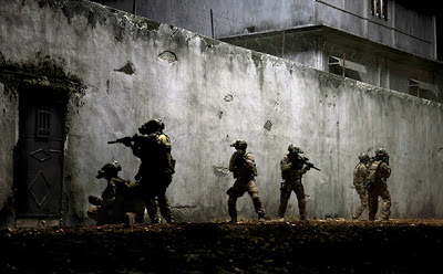 Zero Dark Thirty - Soldiers at the wall