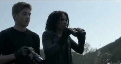 Falling Skies S3x01 - Ben and Dani on the look out see the power plant