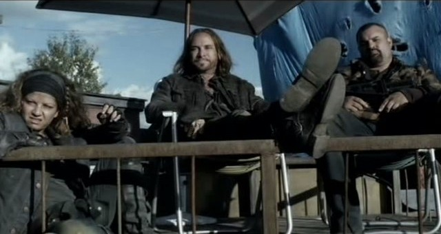 Falling Skies S3x01 - Crazy lee, Pope and Lyle not impressed by the speech