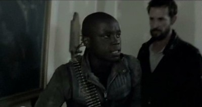 Falling Skies S3x01 - Detective Anthony with bandolier and Tom investigate Manchesters death