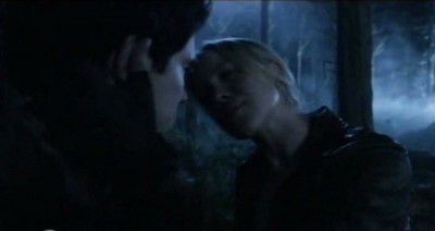 Falling Skies S3x01 - Hal gets a kiss from Karen in the forest