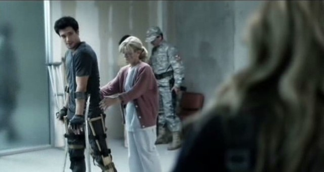 Falling Skies S3x01 - Hal gets physical therapy as Maggie looks on
