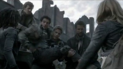 Falling Skies S3x01 - Hal needs help from being crippled by the Espheni bug