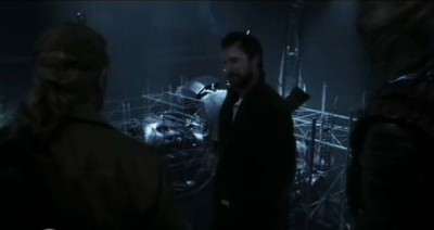 Falling Skies S3x01 - Weaver, Tom and Chochise ind the Espeheni tech in the secret tunnel