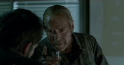 Falling Skies S3x02 - Weaver shares his thoughts about The Volm with Tom over Scotch