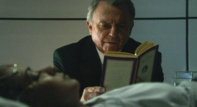 Alcatraz S1x08 - Hauser reads to Lucy close up