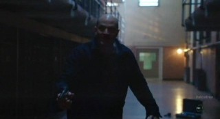 Alcatraz S1x09 - Pinky in the cell block during lightning strike